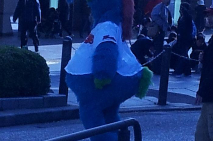【 今朝、カープのスライリーが広島駅前に登場した件 】